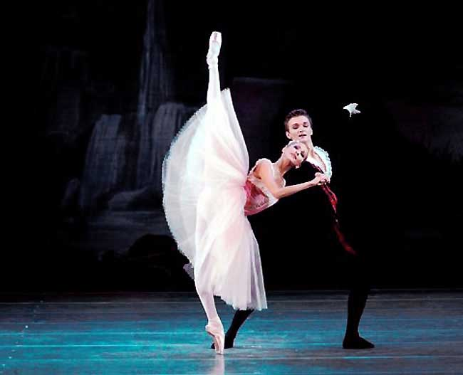 Alina Somova and Alexander Sergeyev in Scottish Symphony- Photo Natadha Razina